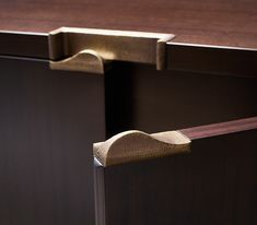 Promemoria, an Italian high-end furniture company has always pursued the highest quality standards, combining impeccable craftsmanship techniques with high-tech and innovative processing. Cupboard Handles, Kitchen Cabinet Knobs, Kitchen Handles, Door Handles, Kitchen Cabinets, Folding Furniture, Furniture Design, Furniture Buyers, Wadrobe Design