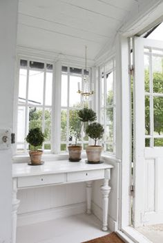 topiaries & white entry- all this needs is a pair of wellies under the table! Interior, Cottage Style, White Cottage, Home Addition, Vintage House, White Decor, House Interior, White Interior, Interior Design