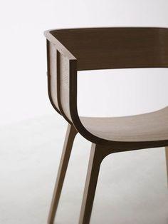 Le designer britannique Benjamin Hubert a créé cette chaise maritime. Sa conception en bois naturel est inspirée des techniques traditionnelles de construction navale en bois. Cette chaise  se comp...