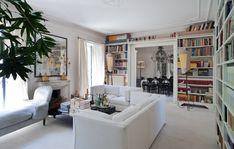 Avvolto dalle grandi LIBRERIE bianche, fatte realizzare su disegno, il living si sviluppa intorno al CAMINO con la cornice Ottocento in marmo, sormontato da una SPECCHIERA Luigi XVI. Rivestiti i