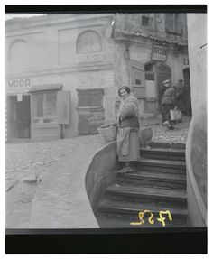 Lublin, Selling baked goods outside the Brama Grodzka, Roman Vishniac, 1938