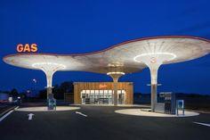 Mit keinem anderen Transportmittel verreisen die Deutschen lieber als mit dem eigenen Auto. Geht der Sprit zu Ende, steuert man eine Tankstelle an, klar. Designliebhaber haben da so ihre Favoriten.