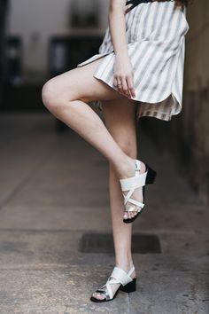 Sandalias con tacón cuadrado ALICE en color blanco y cierre mediante hebilla ajustable al tobillo.    Medidas: Altura del tacón de 5 cm, sin plataforma.   Composición: Combinación de materiales. Charol plata en la pala y piel en color blanco con grabado de escamas pequeñas.