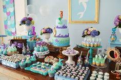 Um tema mágico e encantador, com uma paleta de cores incrível: roxo e azul turquesa. Feito com muito carinho para a Pequena Sereia Júlia! O fundo do mar foi literalmente reproduzido no salão de fes…