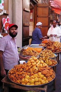 India Food Tours in India Indian street food! World Street Food, Street Food Market, Mumbai Street Food, Best Street Food, Indian Street Food, Street Vendor, Food Trucks, Chaat Recipe, Indian Food Recipes