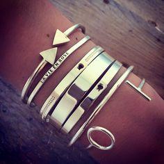 Bracelet joncs argent très classe pour porté avec une petite robe noir mais attention tout les bijoux de la même couleur alors collier et boucle d'oreille en or !!!