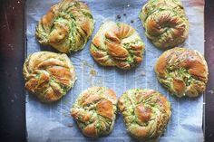 Twisted buns with pesto and white cheese Pretzel Bread, Pretzel Cheese, Cheese Buns, Brioche Recipe, Kale Pesto, Little Lunch, White Cheese, Twist Bun, Baked Goods