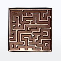 """Hilf der kleinen goldenen Zuckerkugel auf ihrem Weg durch das verwinkelte Schokoladen-Labyrinth zum Ziel!Damit bei diesem Geduldsspiel auch niemand schummeln kann, ist auf der Schokolade ganz klar """"Start"""" und """"Ziel"""" markiert. #Schokolade #Spiel #Gag"""