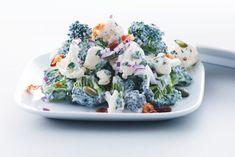 Hvem siger, at salat skal være tør og kedelig? Prøv denne cremede salat med blomkål, broccoli og bacon. Den kan laves på bare 20 minutter.