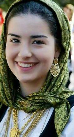 Smile girl pictures and quotes Cute Beauty, Beauty Full Girl, Beauty Women, Real Beauty, Most Beautiful Faces, Beautiful Smile, Divas, Vintage Photos Women, Muslim Women Fashion