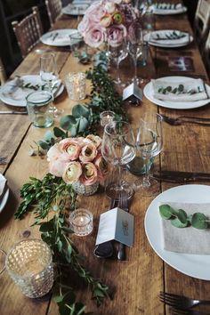 Carina la combinazione di un po' di fiori direttamente sul tavolo, e un po' di fiori in caso. Apparecchiato in modo semplice e bellow, uno dei miei preferiti