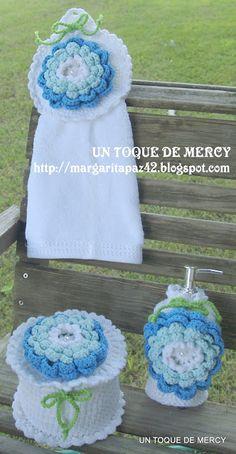 Bello juego de baño tejido en crochet azul.
