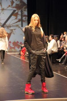 Wer im Winter gern dunkle Kleidung trägt, wird die Kollektion von Azizi mögen. Allerdings weiß die Designern, wie man Farbakzente setzt.