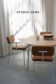 The Flyta Table and Ode Dining Chairs are unique Dutch Design pieces created by Studio HENK. All of the furniture is customisable so that you can create your own one-of-a-kind dining room setting that perfectly matches your interior. #studiohenk #flyta #diningtable #quadpod #diningchairs #chairdesign #orangeinterior #coralinterior #interiorinspiration #oakfurniture #slowliving #dutchdesign #lifestyle #minimalism