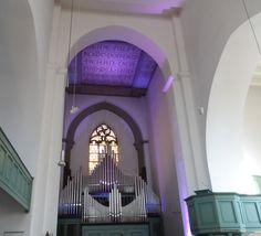 Martinikirche in Siegen auf dem Siegberg: Die beschriftete Decke des Alterraums war bei unserem Besuch beleuchtet. Die Kirche ist die älteste in Siegen.