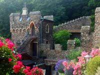 Das Mittelrheintal gehört zu den bedeutendsten Kulturlandschaften in Deutschland. Vor allem das Obere Mittelrheintal bei Koblenz, UNESCO Kulturerbe, hat es mir angetan. Dieser Reisetipp ist für alle Fantasie-Liebenden. Verwunschene Wege und Parks, Burgruinen auf jedem Hügel, Blumenpracht in Gärten: Eine märchenhafte Region!