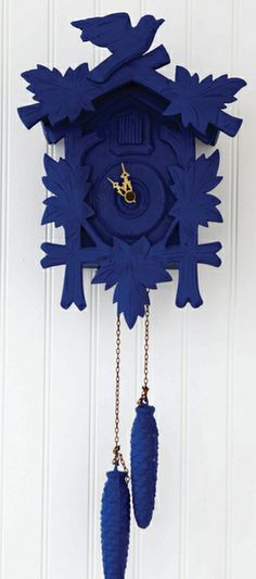 Painting an object in a monotone can have a stunning impact on a room - painted deco clock - pendule coucou peinte - bleu Kleim Coo Coo Clock, Do It Yourself Inspiration, Displays, Deco Design, Color Azul, My Favorite Color, Decoration, Shades Of Blue, Bunt