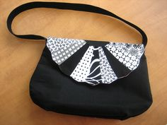Dresden plates pattern used on flap of purse...very cute!