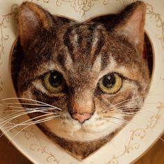 にゃにゃーーん✨ こちら、ただのにゃんこフェイスフレームではないんです。    抜けたヒゲを刺しておく「ねこのひげ刺し」なのですよ    Cat face of felt for stabbing cat's whiskers  (size: 7cm)    #はねつきりんご #羊毛フェルト #felt #needlefelting #オーダー #オーダーにゃんこ #ネコフェイス #にゃんこフェイス #cat #tabby #browntabby #とらねこ #きじとら #キジトラ #キジトラ猫 #ヒゲ刺し  #ねこひげ #猫のヒゲ #whiskers #catswhiskers