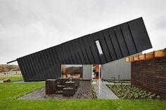 Dieses stylische Haus hier ist das ZEB Pilot House und steht in Norwegen, in der Nähe von Larvik. Die Architekten von Snøhetta haben es zusammen mit dem Research Center on Zero Emission Buildings (ZEB) entworfen. Es ist ein Einfamilienhaus, wird aber nicht