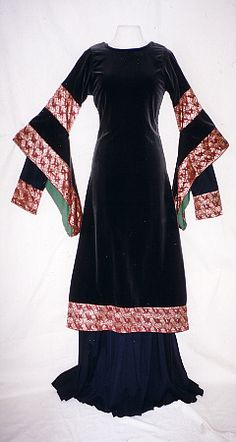 11.Jahrhundert. Overdress with wide trim embellishments on the bell sleeves