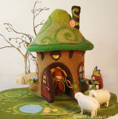 ✄ A Fondness for Felt ✄ DIY craft inspiration: darling felted fairy house with sheep Wet Felting, Needle Felting, Felt House, Waldorf Crafts, Felt Fairy, Felting Tutorials, Fairy Houses, Doll Houses, Felt Animals