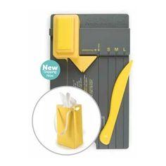 Gift Bag Punch Board bolsitas Herramienta para montar tus propias bolsas de regalos con tus papeles favoritos. ¡Muy fácil de usar simplemente perfora y marca! Crea pestañas de doblado y agujeros para cintas o cordones decorativos con el perforador de dos lados.