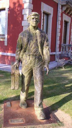 Monumento al emigrante en Cangas de Onís, Asturias.