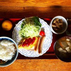 サラダ チェダーチーズ入りオムレツ ソーセージ 蓮根と牛蒡のきんぴら 香の物、南瓜のいとこ煮 ごはん 豚汁 みかん - 46件のもぐもぐ - 10.8 朝ごはん(父用) by cocofuji