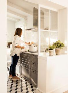 Cocina pequeña en gris, separada con murete y ventana de cuarterones. Suelo hidráulico 00442993