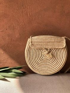 Sacoche rafia Trendy Accessories, Handbag Accessories, Look Fashion, Fashion Bags, Basket Style, Travel Clothes Women, Old Fashioned Cocktail, My Bags, Straw Bag