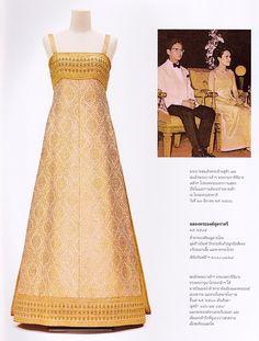 "Bloggang.com : haiku - หนังสือ ""งามสมบรมราชินีนาถ"" Thai Dress, Dress Up, Royal Fashion, Indian Fashion, Thailand Fashion, Thai Design, Thai Traditional Dress, Silky Dress, Batik Dress"