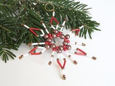 Christmas ornament star made from seed beads by Kreativprodukte Christmas Makes, Christmas Star, Christmas Crafts, Christmas Decorations, Christmas Ornaments, Advent, Handmade Gift Tags, Star Ornament, Beaded Ornaments