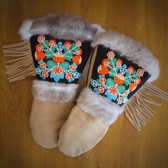 Hand-beaded & stitched made in USA Astis Sacagawea fringe gloves/mittens. If only they weren't real leather and fur :-( Mitten Gloves, Mittens, Embroidery Suits Design, Lewis And Clark, Textiles, Loom Patterns, Leather Gloves, Bead Weaving, Fur Trim