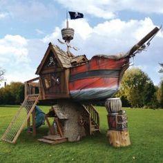 Transformez votre jardin en île au trésor en y installant ce bateau pirate jeux pour enfants (et plus grands aussi !). Celui-ci repose sur un réel tronc d'arbre et vous retrouverez tous les détails que vous avez l'habitude de voir sur les autres bateau pirate ! (Une légende raconte même que Jack Sparrow y réside depuis son dernier film).