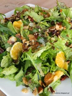 Green salad with orange, sundried tomatoes and caramelised almond flakes Greek Desserts, Greek Recipes, Desert Recipes, Ceasar Salad, Vegetarian Recipes, Cooking Recipes, Food Decoration, Salad Bar, Pasta Salad