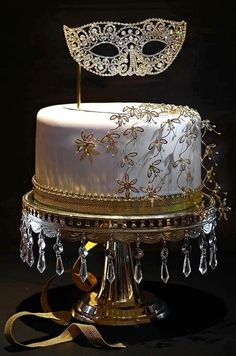 Masquerade, another elegant cake.... Gives me the inspiration to create something similar with a mask that my daughter got from her god-father!