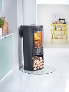 Choose the Contura 510 Style stove if you want to position your stove in a corner. The large glass door spreads the light and heat around the room. The new handles do not get hot and are integrated into the front of the stove. Wood Burner Fireplace, Small Fireplace, Fireplace Design, Corner Log Burner, Corner Wood Stove, Small Stove, Log Burning Stoves, Open Plan Kitchen Living Room, Bungalow Renovation