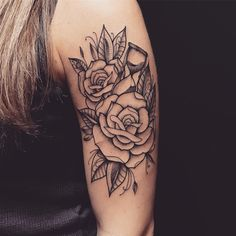 Tatuagem criada por Lucas Milk de Florianópolis. Flores em blackwork no braço.