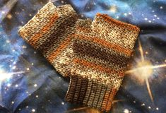 New free pattern: quick and cozy griddle stitch mitts to get ready for fall! Click more for the pattern and an introduction to the griddle stitch. Crochet Mittens, Crochet Gloves, Crochet Scarves, Free Crochet, Crochet Wrist Warmers, Hand Warmers, Knitting Projects, Crochet Projects, Crochet Ideas