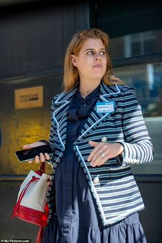 Princesa Beatrice, Striped Jacket, Striped Blazer, Royal Dresses, Blue Dresses, Pregnant Princess, Eugenie Of York, Bloom Baby, London Today