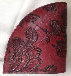 """Designer Geldbörse Rosen burgund rot Segmentform - Rosen -  in extravagantem Design von déqua, bestechend durch außergewöhnliche Form viel Platz - zum Verlieben! Durch ihre perfekte Verarbeitung und die schmeichelnd erhabenen Lederqualitäten der Trendmarke déqua werden diese Kreationen zu für sich selbst """"sprechenden"""" Geschenken der Liebe und zu klassischen Must-haves mit schier unendlichen Kombinationsmöglichkeiten."""