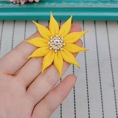 Diy Lace Ribbon Flowers, Making Fabric Flowers, Ribbon Flower Tutorial, Cloth Flowers, Kanzashi Flowers, Ribbon Art, Diy Ribbon, Paper Flowers Diy, Handmade Flowers