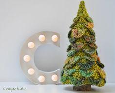 Einen Weihnachtsbaum häkeln? Mit dieser gratis Anleitung häkeln Sie einen stolzen Weihnachtsbaum der am liebsten Ihr Haus schmücken würde.