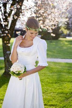 Bodenlanges weißes Seidendirndl. Perfekt für die Hochzeit in Tracht.