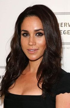 Meghan Markle Long Curls - Meghan Markle attended the GQ Men of the Year party wearing her hair in a tumble of long, loose curls. Meghan Markle Hair, Actress Meghan Markle, Meghan Markle News, Meghan Markle Style, First Ladies, Princess Meghan, Prince Harry And Meghan, Max Azria, Lady Diana