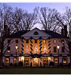 If there's a more beautiful place at Christmas than Williamsburg, Virginia, we'd love to know where...