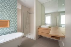 Reforma de vivienda en el barrio de Salamanca (Madrid). Baño con bañera exenta y ducha y zona de lavabo con tocador. Azulejos artesanales con esmaltado aguamarina y hornacina revestida de madera. Proyecto de R de Room. Corner Bathtub, Sweet Home, House, Bathrooms, Home Decor, Showers, Bathroom Sinks, House Decorations, Modern Bathrooms