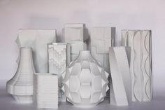 Seltene und exquisite verglaste weiße Vase Serie namens Artischocke von Heinrich Fuchs für den deutschen Porzellanmanufaktur Hutschenreuther entworfen. Wunderbare architektonische Op-Art Befreiung ganz herum. Sehr Sammlerstück. Zustand: ausgezeichnet Material: Matte äußere 18,5 cm H oder 7,3 H Wir versenden International! Bitte kontaktieren Sie uns, wenn Sie kombinieren eine Bestellung (was günstiger ist) interessiert sind ** Bitte beziehen Sie sich auf unsere Shop-Politik, vor dem Kauf ...