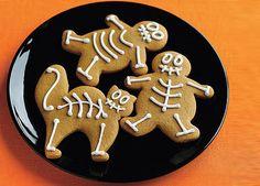 Хотите сделать вкусное и страшное (в хорошем смысле слова) печенье на Хэллоуин? 🙂 Мы подскажем, как приготовить и украсить ваше печенье для самой страшной вечеринки в году!